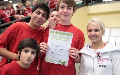 Groupe d'enfants fiers de leurs résultats