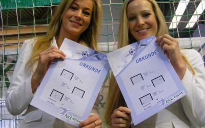 Des hôtesses présentent les certificats