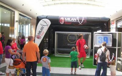 Le Milan AC Tour au milieu d'une galerie marchande