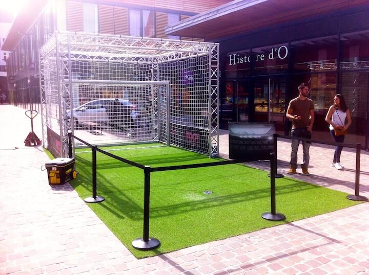 Une animation de mall ouvert, centre commercial en extérieur