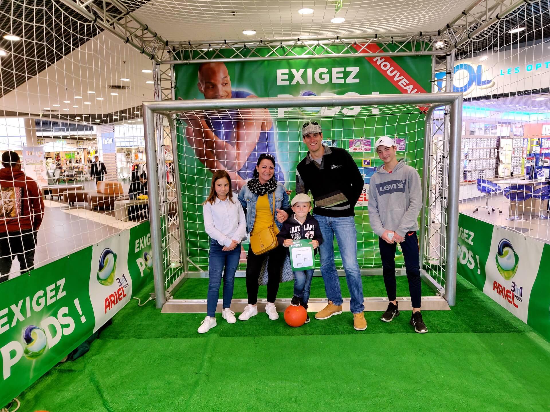 Famille animation foot familiale jeu défi supermarché commercial