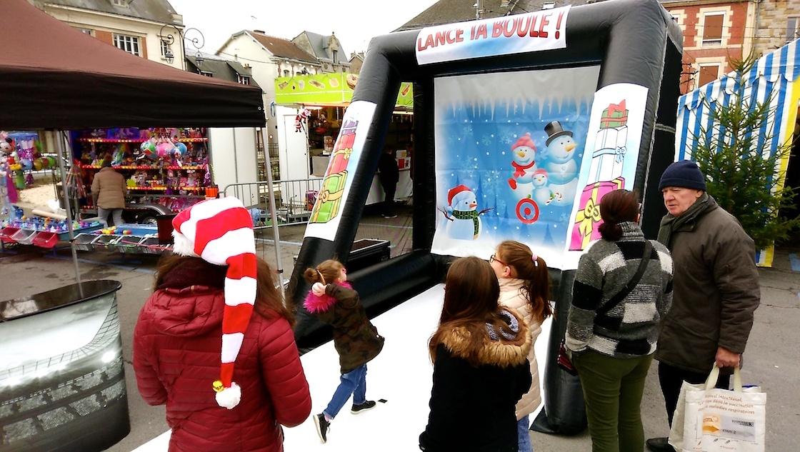 Lancer de boule de neige version gonflable. Une animation hiver Noël